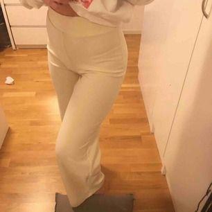 """Väldigt stretchiga kostym byxor från ginatricot i modellen """"Jenna trousers"""" de sitter tajt i midjan och höfterna men raka längs med benen. Krämvita, högmidjade (går över naveln) . NY SKICK💞Aldrig använda. Stl S men passar bra på större oxå."""