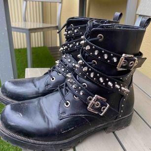 Säljer mina boots med nitar, helt SLUTSÅLDA från zara. storlek 40, passar även 39 då man kan hatjockare strumpor. Dessa passar till allt! lite smutsiga men kommer tvätta av de helt om de blir sålda självklart❣️