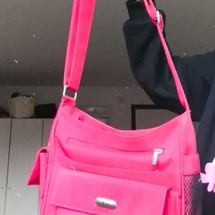 Röd vintage handväska som inte används längre, möts upp i stockholm eller så fraktar jag (köparen står för frakt)