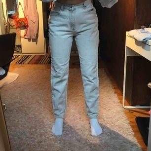 Ett par krämvita Lee jeans köpta second hand i Paris! Väldigt bra passform och snygg längd. Ungefär storlek 25-27 i midjan.
