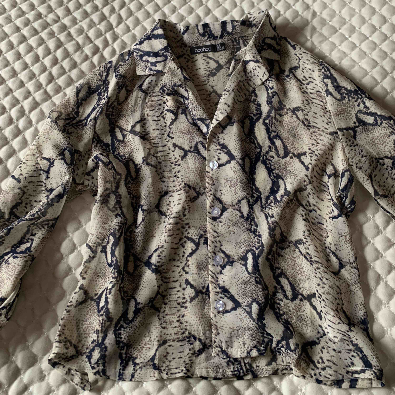 Skjorta från Boohoo i storlek S. Nyskick, pris-80kr 🥰. Skjortor.