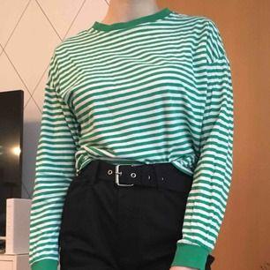Randig tröja från H&M. Älskar den här tröjan för att den är så sjukt bekväm, men tyvärr används den inte längre. Frakt är inräknad.