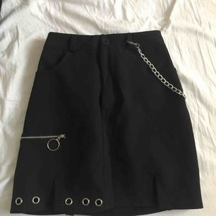 fräck kjol köpt på plick som tyvärr var lite för stor för mig☺️ dm vid intresse❤️