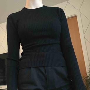 Extremt bekvämt material(!) Ribbad tröja med snörning på sidor och på nedre delen av ärmarna. Denna tröja har varit min favorittröja, men tyvärr inte längre. Hoppas den får ett nytt trivsamt hem. Frakt är inräknad.