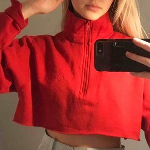 En jätte snygg half zip sweatshirt med högre krage, jag har själv klippt av den hemma. Den är fodrad med typ fleece inuti. Frakt tillkommer!