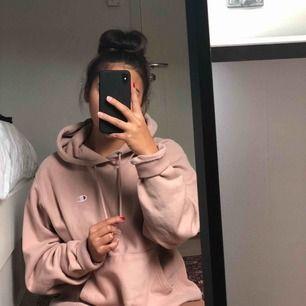 Säljer min fina Champion hoodie då den inte används. Frakten ingår! 🦩