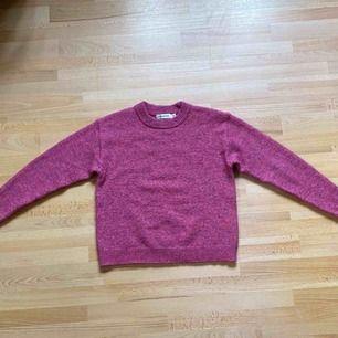 Stickad Carin Wester tröja i en rosa-lila färg. Använd ett fåtal gånger. Denna tröja är lite stickig i materialet men jättefin, och förtjänar att användas😊 60kr frakt, betald genom swish.