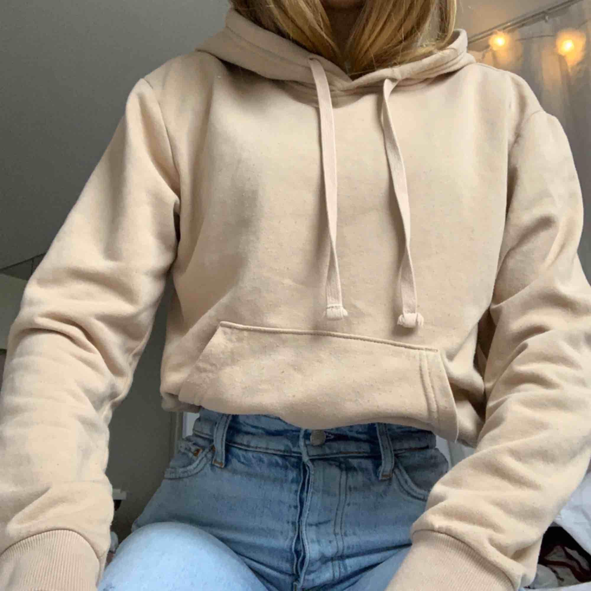 Hoodie från H&M i storlek XS. Frakt tillkommer.. Huvtröjor & Träningströjor.