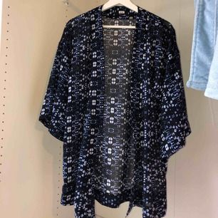Kimono från bikbok, jätte fin på sommaren till nått linne och shorts💙Fint skick!