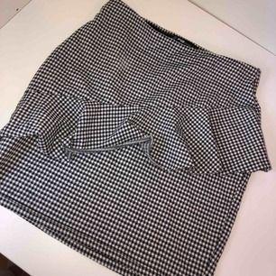 Stretchig kjol med volang framtill, från new yorker🖤