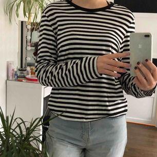 Randig tröja från Monki, står att det är storlek S men passar även M som jag har. 60kr + frakt 💞