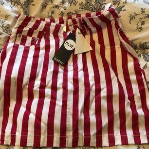 Röd/vitrandig kjol från boohoo med lapparna kvar. Var tyvärr för liten för mig. Supermjukt material som även är lite tunnare. Frakt tillkommer🌟