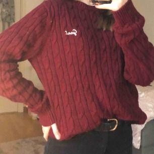 Vinröd kabelstickad tröja från gant, säljer p.g.a att den e för stor. Pris kan diskuteras