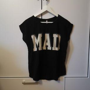 Svart T-shirt med tryck i storlek S. Frakten ligger på 44 kr.