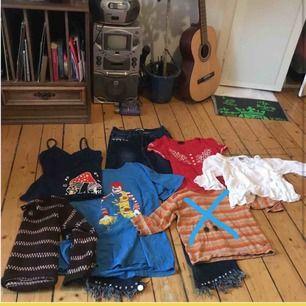 Randig tröja såld! Snyggt klädpaket! Bootcut jeans med diamanter längst ner (XS-S) Ett mörkblått linne med detalj (XS) En blå joker/McDonalds T-shirt , en brun tröja (XS) En röd top med broderi (XS-S) En vit top( XS) 100kr plagget!