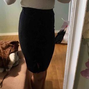Dena kjol passar mig inte längre, men den har et märke på kjolen som säkert går att ta bor😊 +frakt 50kr Swish funkar också📲