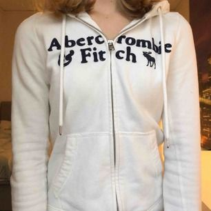 Hoodie med dragkedja och luva från Abercrombie&Fitch. Köpt i New York för tre år sen. Står New York på vänster arm. Marinblå text