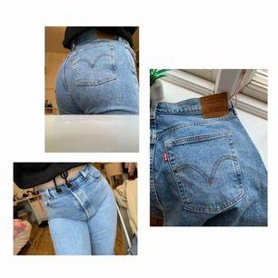 Supersnygga jeans från Levis! Modellen heter ribcage flare och den är i storlek 32 men skulle säga att de passar en 31 också. Dem är höga i midjan med bootcut. Frakt ingår i priset. Använda fåtal gånger.