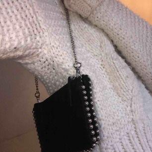 Väska ifrån zara som jag gjort kedjan lite kortare på, svin snygg i svart mocka med silver studs. Passar till allt och är extremt rymlig!! Nypris ca 400kr