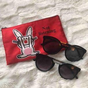 Säljer mina solglasögon som ej kommer till användning, men super snygga! Man kan köpa båda och få en necessär också för 70kr eller bara köpt allt separat. Frakt tillkommer❤️❤️🥰