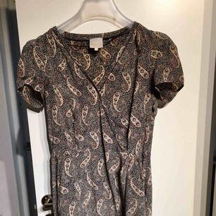 Den klänning har ägts länge men har blivit för liten för mig att använda, väldigt bra shick😊 + 50kr  Swish funkar också 📲