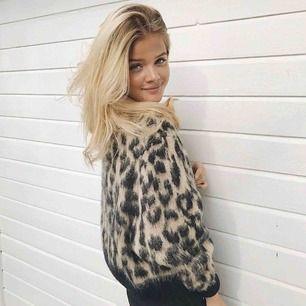 Så fin stickad Leo tröja, jättehärlig och inte alls stickig. Lånad bild från Frida Tordhags instagram. Färgen är mest som på bild två och tre.