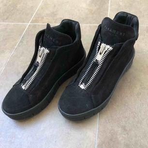 Säljer mina superfina svarta skor då de inte riktigt är i min stil..  De är i mycket bra skick, men har märke inuti skorna vid hälen då jag satte dit plåster i början jag använde dem, men det är inget som syns! Bara att höra av sig vid frågor!😊
