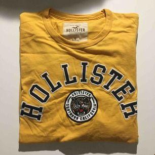 Två Hollister tröjor i bra skick. Den första är i storlek s och är långärmad. Den andra är xs och kortärmad. Köp en för 40 eller köp båda för 60kr.