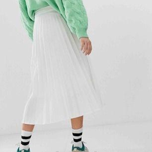 Fin plisserad vit kjol från stradivarius