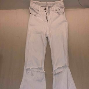 Ett par vita flair jeans från Dr denim, använda ett fåtal gånger så är bra skick. Klippt hålen själv.