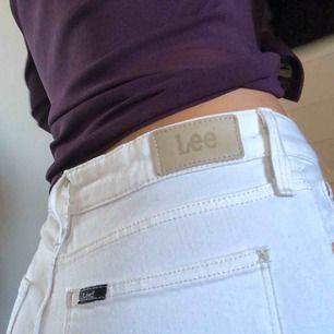 """Helt oanvända Lee-jeans, de går """"rakt"""" där nere. Jag är 167cm & de sitter perfekt. Frakt ingår i priset :-p"""