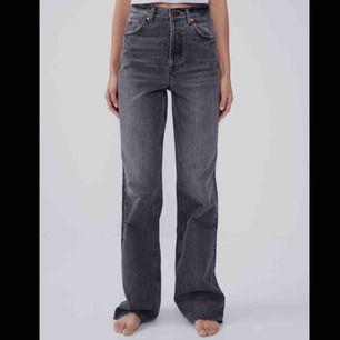 Säljer de populära jeansen från zara som är slutsålda. Klippt av dom en väldigt liten bit så jag är 1.71cm och de är fortfarande lite långa för mej. Buda!!