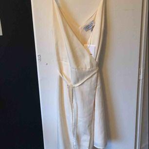 Fin vit klänning från &other stories. Jättebra kvalite och helt oanvänd i storlek 38, prislappen är fortfarande kvar. Köparen står för frakten.