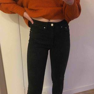 Svarta jeans med sömmar och slits på framsidan. Högmidjade, passar mig som är 163 och brukar ha XS. Liknar jeans från NA-KD. Frakt tillkommer
