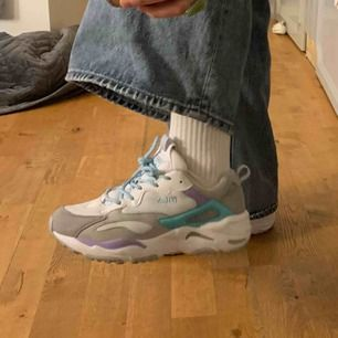 super fina skor från fila, har bara använt 2 gånger. säljer för att dom är för slår för mig. dom är små i storleken. köpte för 799kr. köparen står för frakten