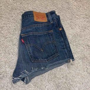 Skitsnygga Levi's shorts 501 som tyvärr blivit för små för mig. Står ingen storlek på de, men de passar någon som har storlek 34/S, w27 typ.