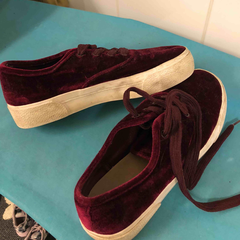 Vinröda sammet-sneakers från Pull & Bear i storlek 39. Knappt använda och i bra skick. Köpa för 300 kr, nypris: 80. . Skor.