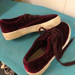 Vinröda sammet-sneakers från Pull & Bear i storlek 39. Knappt använda och i bra skick. Köpa för 300 kr, nypris: 80.