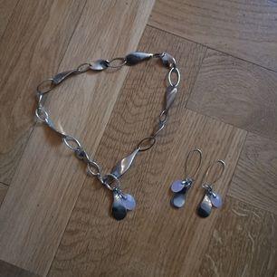 Halsband med matchade öronhängen. Frakten ligger på 22 kr.