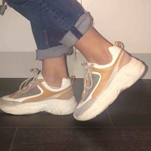 Jätte fina skor som passar perfekt till våren! 💕Köpta på pull and bear för 400 kr! Skorna är använda förtal ggr och pris kan diskuteras! Säljer pga att dem är alldeles för små.😕Frakt diskuteras❣️