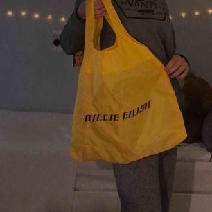 Billie Eilish chicobag  Fick den på Billie Eilish konserten här i Stockholm med VIP paketet. Går inte att köpa på blosh hemsidan. Frakt tillkommer!