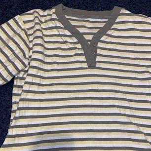 Thriftad t-shirt som sitter jättesnyggt lite oversize! Använd 1 gång efter jag köpte den. Säljes pga kommer inte till användning. Frakt inräknad i priset