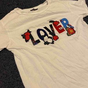 T-shirt från Boohoo med massa snygga detaljer. Säljer för att den inte kommer till användning!