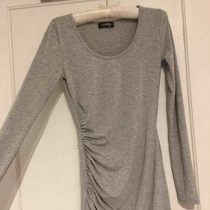 En Club l klänning, köpte för 500 kr, använt 3 gånger.