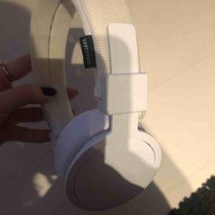 Säljer mina favorit trådlösa hörlurar från Urbanears Plattan II då jag köpt nya!   30h batteritid, inbyggd reglage så toucha sidan för volym, samtal, byte av låt etc. Superbra ljud! Alla sladdar medföljer & mjuka delen går att tvätta i maskin!