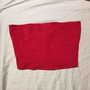 Röd crop top, använt 1 gång och den är väldigt stretchig.