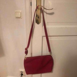 En aldrig använd röd handväska, super enkel och fin. Kan mötas upp i Stockholm eller frakta😊