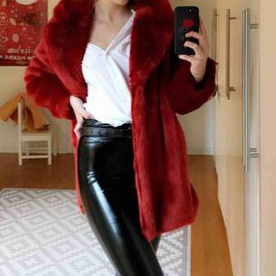 Röd lång fakepäls från H&M. Köpt för 500, nypris 150. Varm och funkar både på vinter och höst. Bra skick