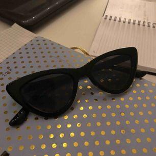 Solglasögon i cateye modell. Jättebra skick och snygga på, knappt använda. Köpta för 250 kr, nypris 40.