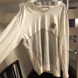 Säljer denna fina tröja, skulle säga att den är s/m då den passar bra på mig som brukar ha både s och m! Hör av dig om du är intresserad💕